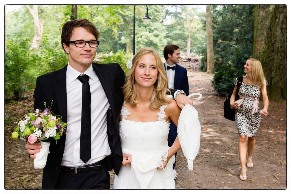 Brautpaar und Trauzeugen auf dem Weg zum Fotoshooting im Volksgarten Düsseldorf.