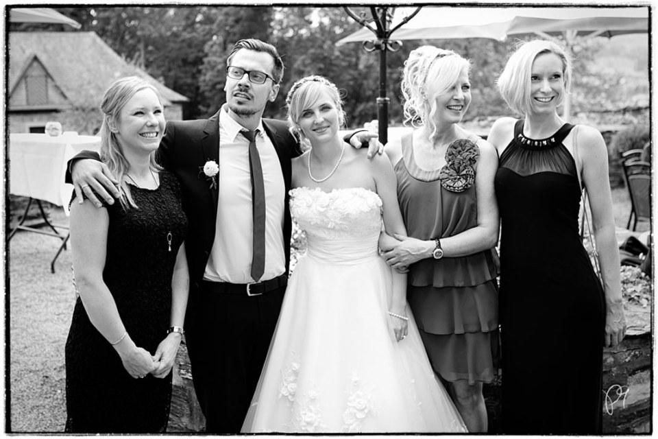 Brautpaar mit Gästen beim Hochzeitsempfang auf Burg Schnellenberg in Attendorn.