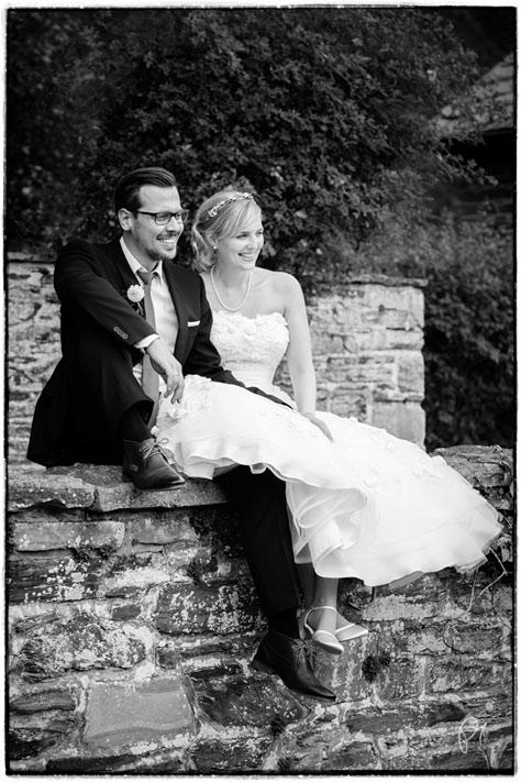 Brautpaar sitzend auf einer Mauer auf Burg Schnellenberg in Attendorn.
