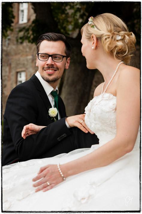 Portrait eines Bräutigams. Hochzeitsreportage auf Burg Schnellenberg in Attendorn.