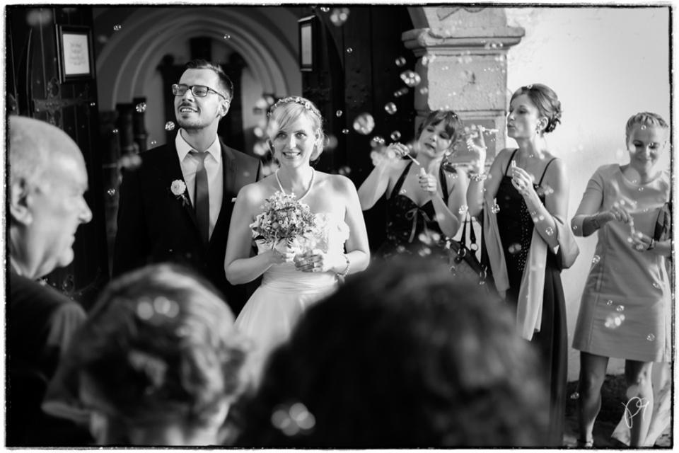 Brautpaar mit Hochzeitsgästen nach der Trauung. Hochzeitsreportage auf Burg Schnellenberg in Attendorn.