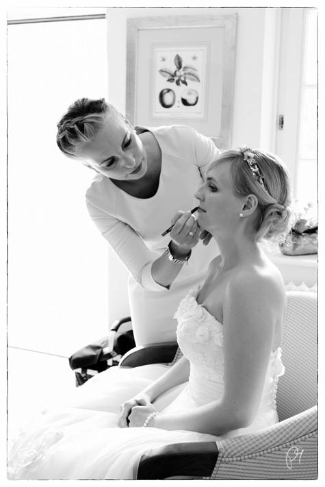 Die Braut wird geschminkt. Hochzeitsreportage auf Burg Schnellenberg.