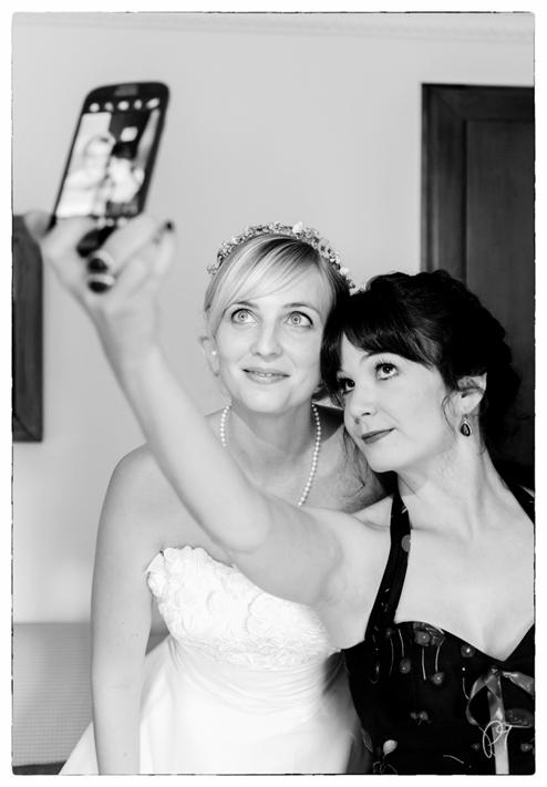 Selfie einer Braut mit ihrer Freundin. Fotoreportage auf Burg Schnellenberg in Attendorn.
