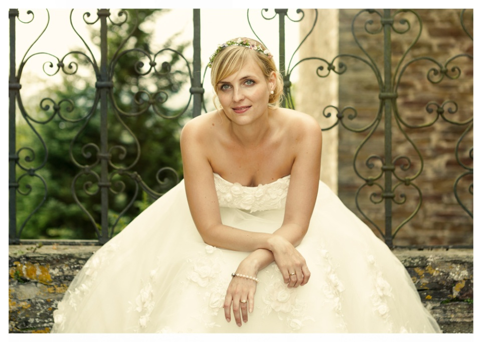 Eine Interpretation eines klassischen Fotos einer Braut. Das Foto ist ein Teil einer Hochzeitsreportage aufgenommen im Schloss Schnellenberg.