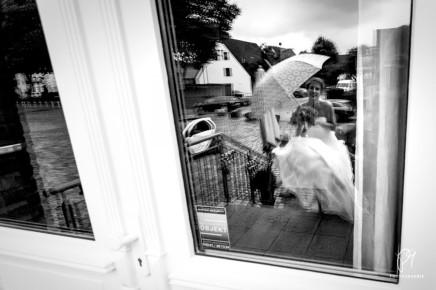 Smiling in the rain – Hochzeitsreportage ausEssen