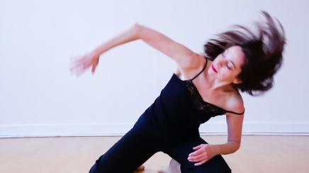 "Ein Videostill aus dem Tanzvideo ""Paralisi…ad aria condizionata"""