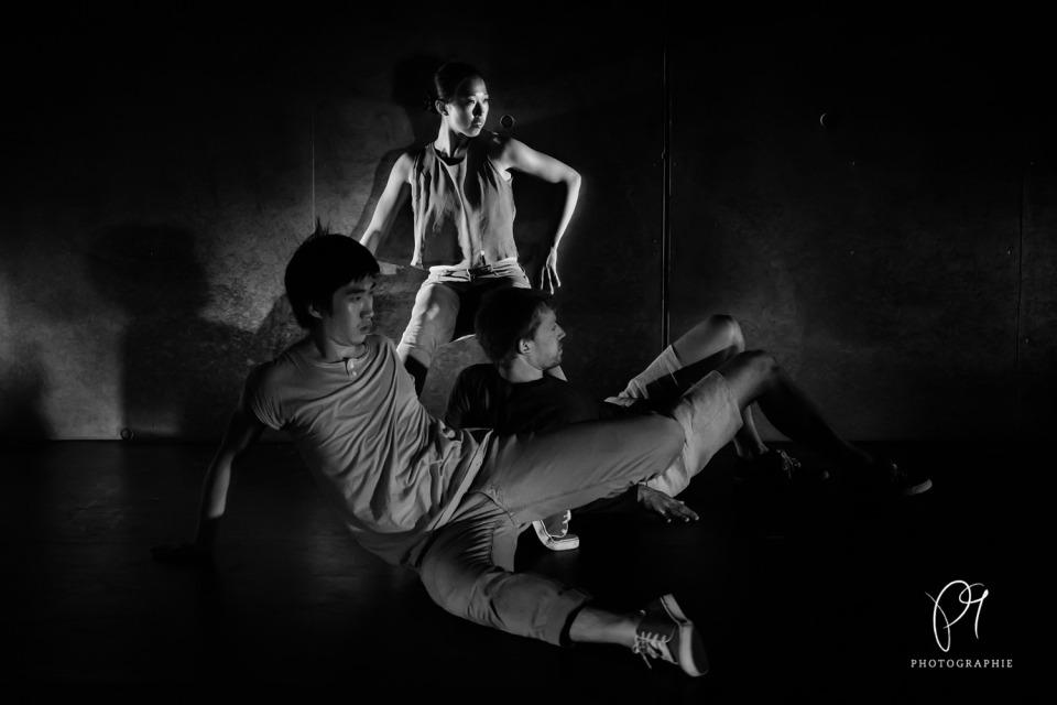 Dieses schwarzweiss Tanzfoto des Folkwang Tanzstudio wurde im Lichtmuseum Unna aufgenommen. Für die Tanzreihe Tanzlichter wurde die Fotokamera Canon 5D Mark III benutzt.