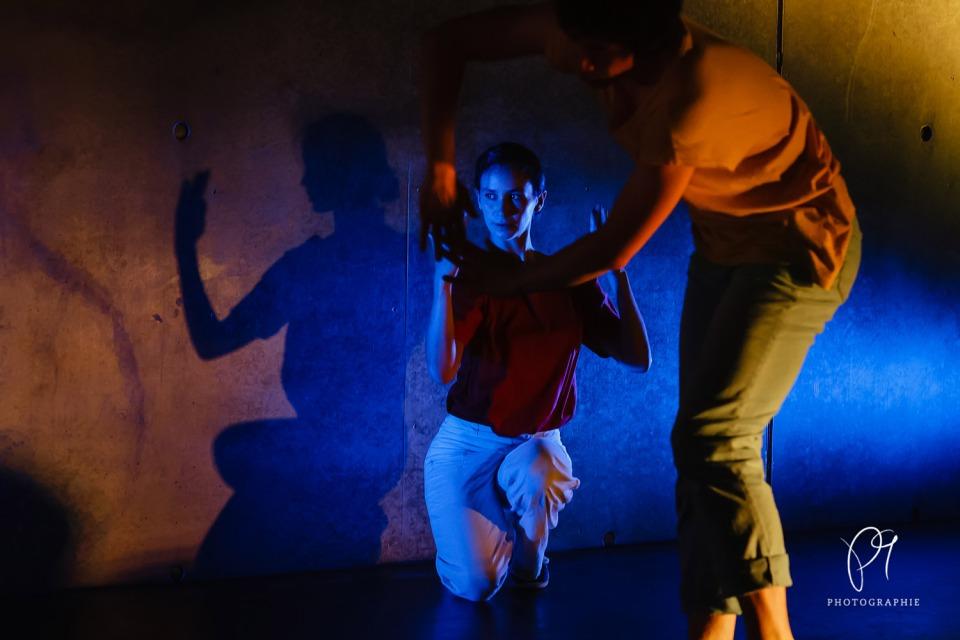 Dieses Tanzfoto ist aus der Reihe Tanzlichter und wurde im Lichtmuseum Unna aufgenommen. Inszeniert wurde es von der Choreographin Carla Jordao.