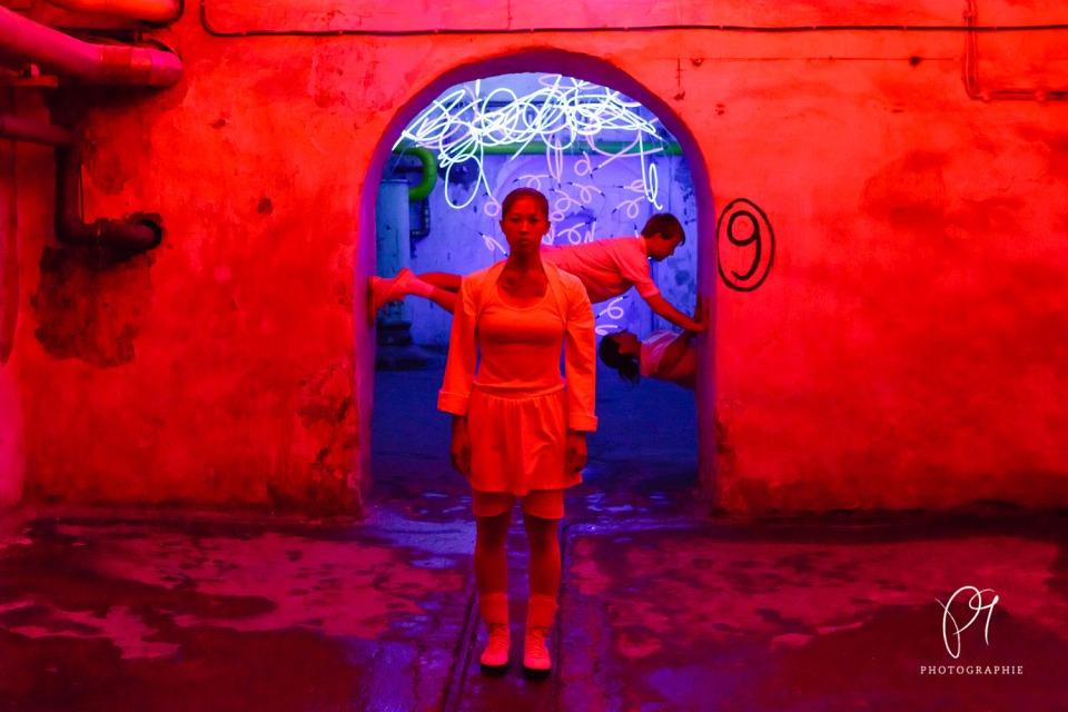 Die Choreographin Carla Jordao hat dieses Trio im Lichtmuseum Unna inszeniert. Das Tanzfoto stammt aus der Reihe Tanzlichter und wurde mit der Canon 5D Mark III aufgenommen.
