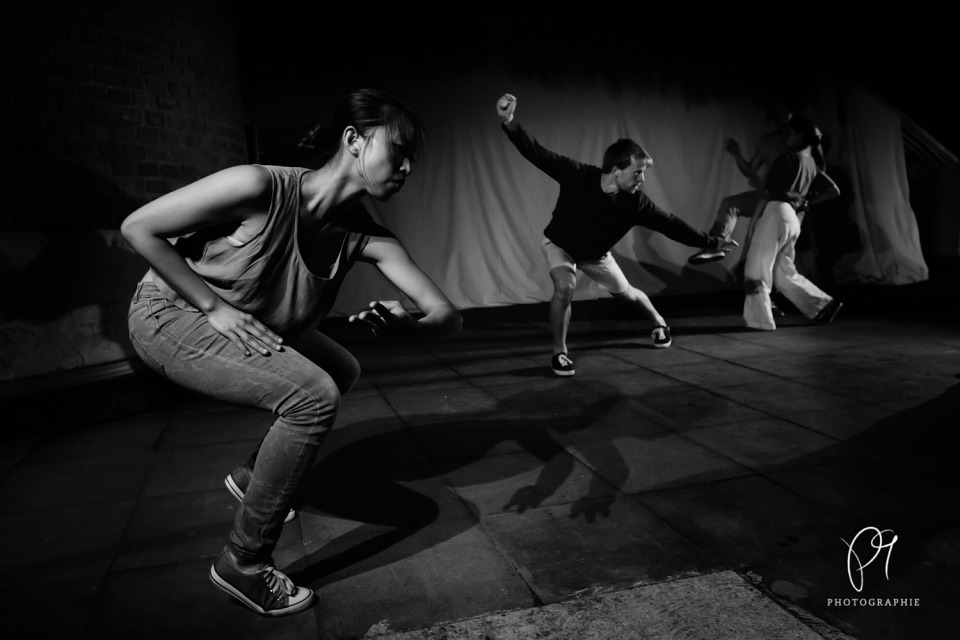 Die Dachterrasse des Lichtmuseums in Unna wurde die Choreographie von Carla Jordao aufgeführt. Auf diesem schwarzweiss Tanzfoto sind die Tänzer des Folkwang Tanzstudios zu sehen.