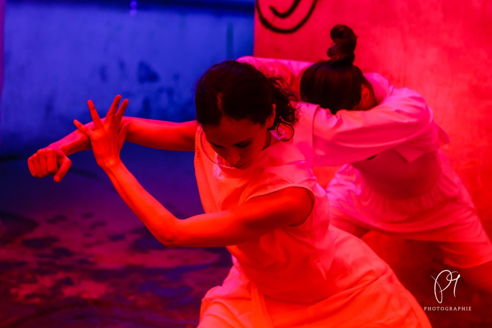 Die Choreographie Tanzlichter inszenierte Carla Jordao im Lichtmuseum Unna. Dieses Tanzfoto in Farbe wurde mit der Canon 5D Mark III aufgenommen.