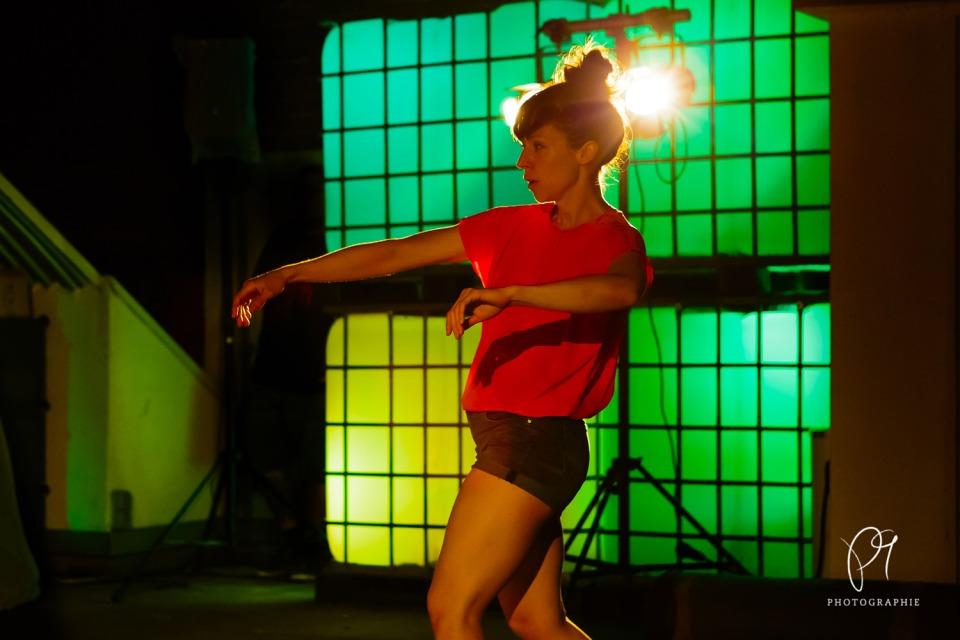 Der Aufführungsort für die Choreographie von Carla Jordao war die Terrasse des Lichtmuseums in Unna. Dieses Tanzfoto ist aus der Reihe Tanzlichter.