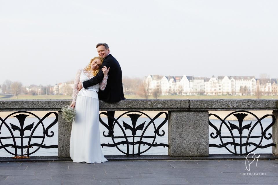 Ein Hochzeitsfoto eines Brautpaares, dass am Rhein in der Altstadt Düsseldorf aufgenommen wurde. Für dieses Foto habe ich die Canon 5D MarkIII benutzt.