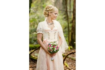 Eine Braut im rosafarbenenDirndl