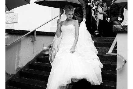 Eine schöne Braut im Regen – Hochzeitsreportage ausSolingen