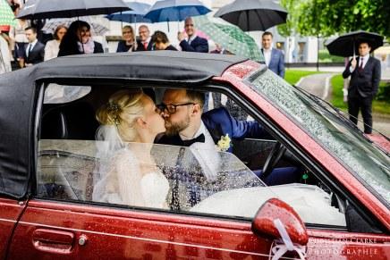 Küssendes Brautpaar imRegen