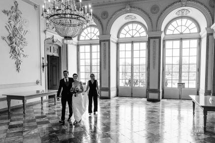 Ein Brautpaar im Vestibül des SchlossesBenrath